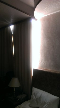 Wen Pin Hotel - Pier 2: Horrible curtains - chink of light