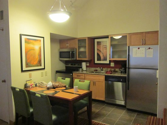 Residence Inn Cincinnati North/Sharonville: Kitchen