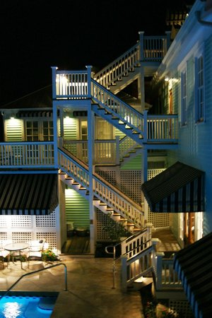 Marquesa Hotel: Hotel at night