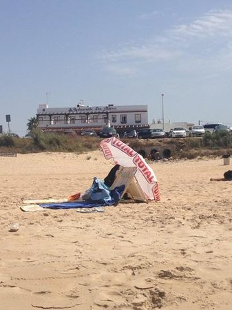 Hostal Francisco Alferez: vista hostal desde playa