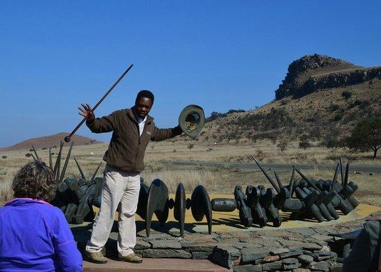 Fugitive's Drift Lodge and Guest House: Mphiwa Ntanzi at the Zulu Memorial, Isandlwana