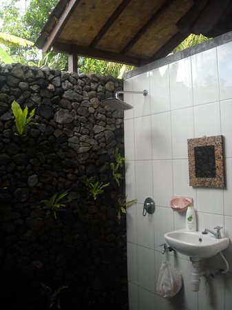 Khrisna Homestay: outdoor bathroom