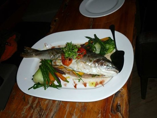 Waterside Restaurant & Bar: notre truite du lac de TAUPO au court bouillon.......et ses légumes