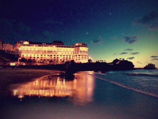 Le Windsor Grande Plage Biarritz : Grande Plage. Evening walk