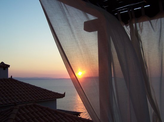 Apelon Tiritas Villas : sun rise from terrace