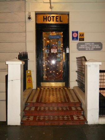 The Dover Hotel: L'esterno dell'albergo