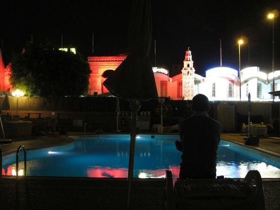 Bungalows Los Almendros Gays Exclusive Vacation Club : Piscine et centre commercial la nuit