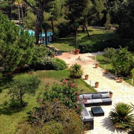 Pierre & Vacances Hyeres La Pinede: le parc et la piscine. vue du balcon.