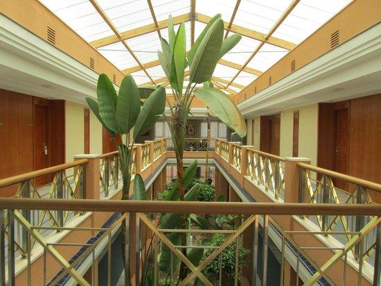 Hipotels Barrosa Park: Pasillo interior acceso habitaciones