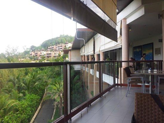 The Westin Siray Bay Resort & Spa Phuket: Seasonal Tastes Cafe sidewalk table