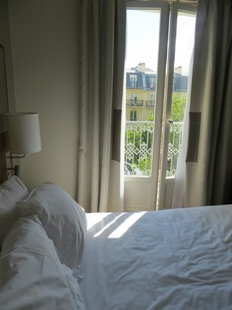 Hotel le Tourville : Bed and balcony door