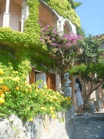 Villa Scarpariello Relais : Une des chambres noyées dans la végétation