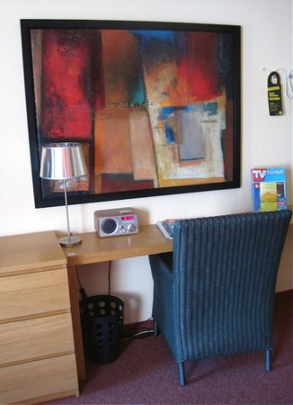 City Hotel Dortmund: Painting, desk and chair