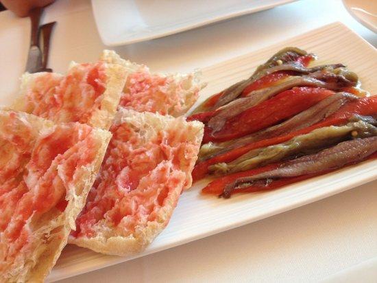 Restaurant La Vela : Escalibada con anchoas y pan de cristal con tomate