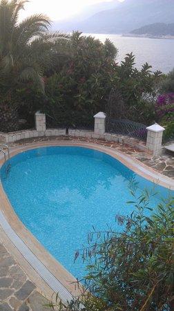 Korsan Ada Hotel: Havuz manzarası...