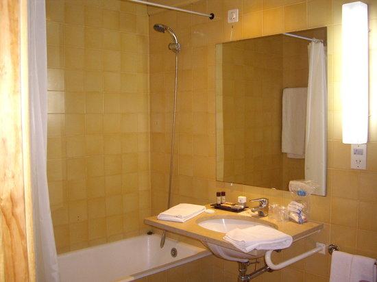 Sotto Mayor: El baño que el hotel no te enseña en ninguna de sus fotos.