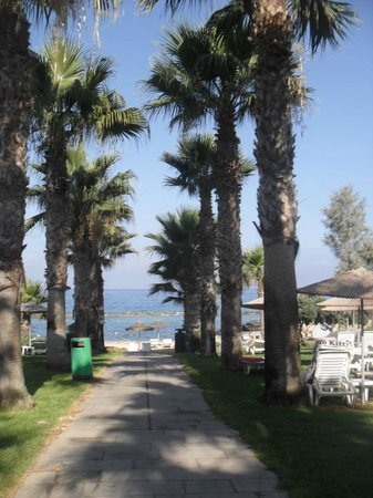 Hotel St. George: Walk way to Beach area