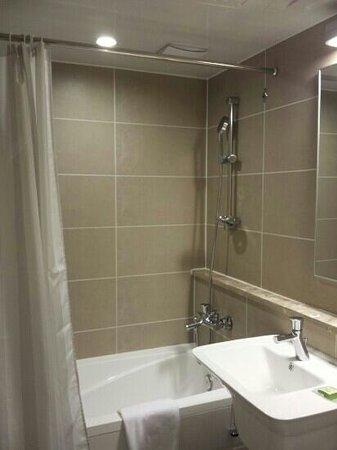 The Grand Hotel Myeongdong: bathtub n shower