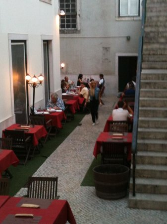 Restaurante Taberna do Chiado: gezellig terras maar ook binnen is het mooi ….