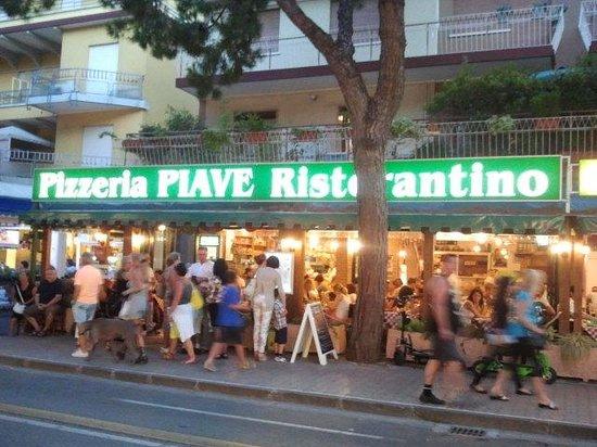 Ristorante Pizzeria Piave: L'ingresso da via Bafile