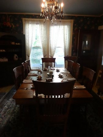 Betsy's Bed and Breakfast: Dining room