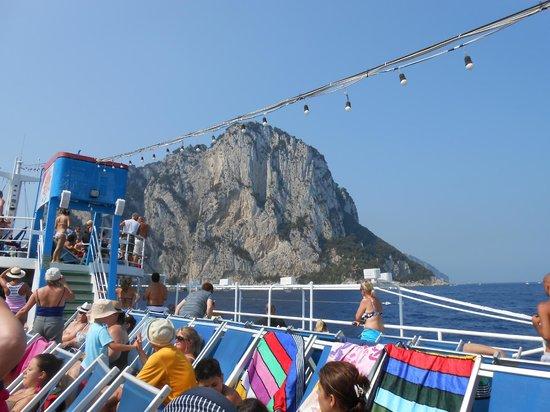 Marine Club Minicrociere : A bordo della nave nei pressi dell'Isola di Capri