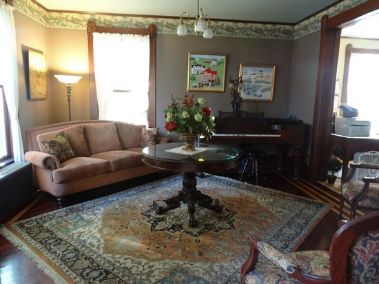 Betsy's Bed and Breakfast: Entry/sitting room
