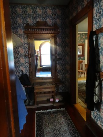 Betsy's Bed and Breakfast: Entry hall