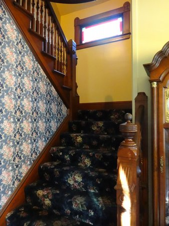 Betsy's Bed and Breakfast: stairwell