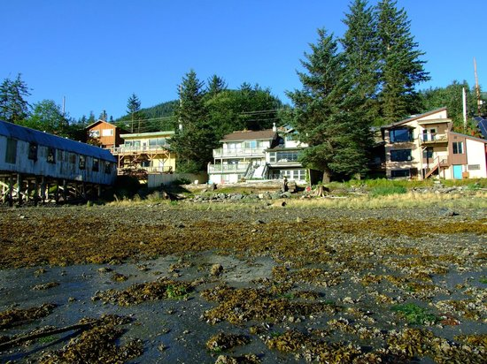 Beachside Villa Luxury Inn: View of BVLI from beach at low tide