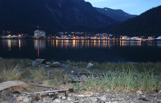 Beachside Villa Luxury Inn: Juneau from BVLI at night