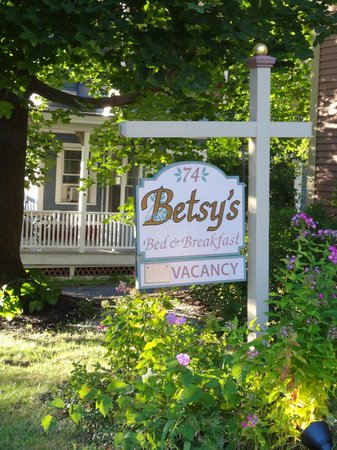Betsy's Bed and Breakfast: Front sign