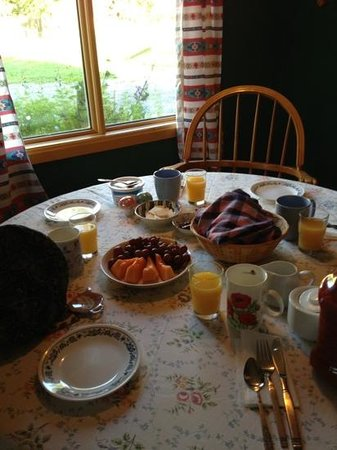 Riverview & Main : table setting for breakfast. feel cosy