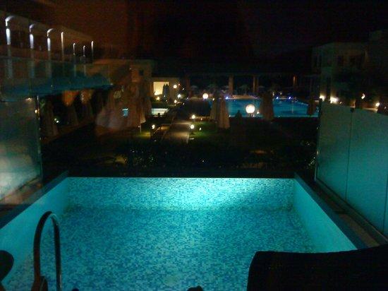 Minoa Palace Resort: Πισίνα suitas