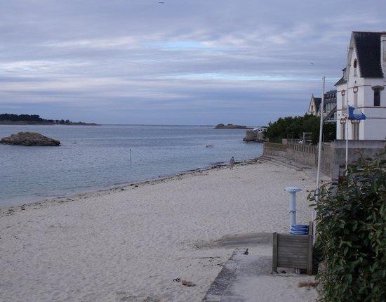 Hôtel Thalasstonic de Roscoff : la jolie plage de Rock'roum devant l'hôtel