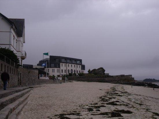 Hôtel Thalasstonic de Roscoff : l'hôtel devant la jolie plage surveillée