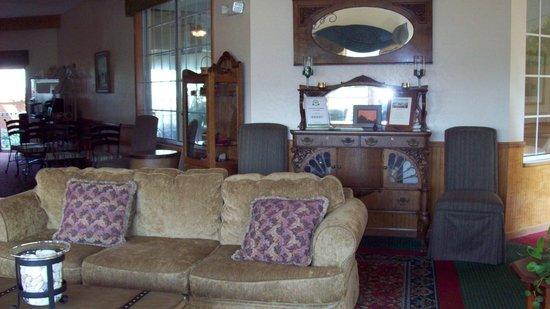 The Apple Tree Inn: lobby