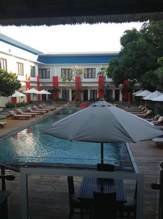 Ozz Hotel Kuta: pool from reception and restaurant