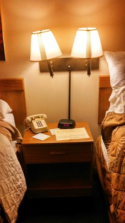 Days Inn Fredonia/Dunkirk: Lamps and alarm clock in between beds.