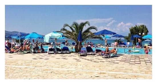 Alykanas Village Hotel: pool by the sea