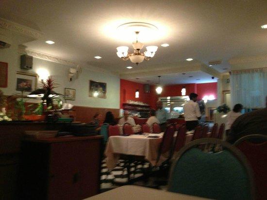 Lyn's Thandoori Restaurant: The dining room