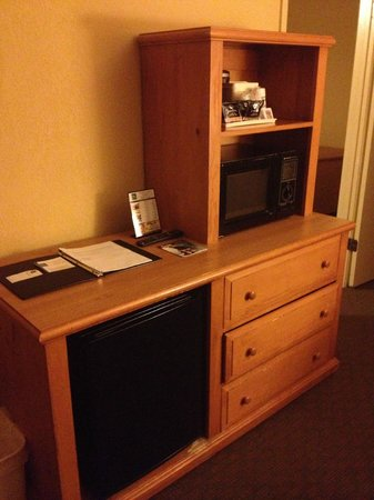 Red Lion Inn & Suites Tucson North Foothills : Other side of sitting room from 2nd room