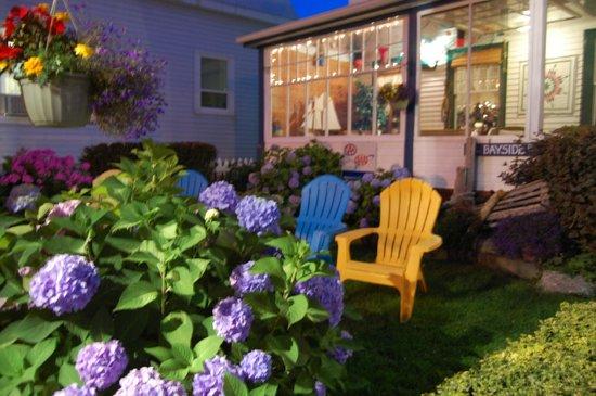Bayside Inn : Beautiful front garden