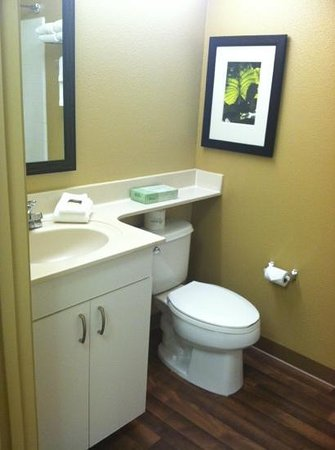 Extended Stay America - San Jose - Mountain View: plenty of room in the bathroom and good clean floors
