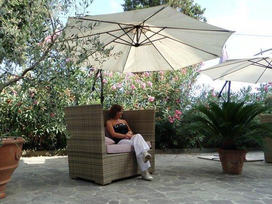 Hotel Villa Maya: relaxing chairs at the entrance