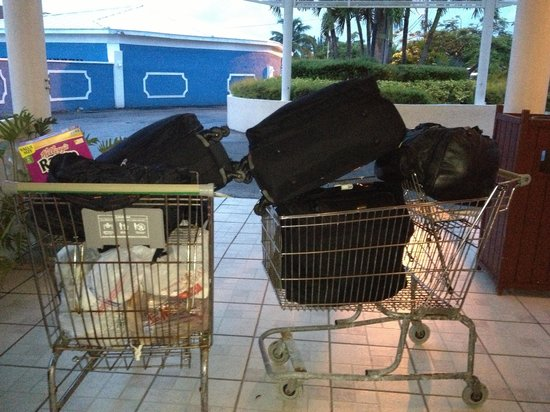 Ocean Reef Yacht Club & Resort: A old rusty nasty shopping cart is use to take the luggage to the room.. How disgusting worst pl
