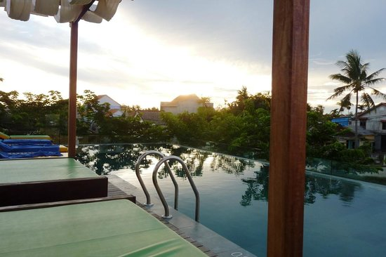 Hoi An Chic Hotel: Sunset over the pool