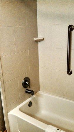 Hampton Inn Morehead City: Tub / Shower