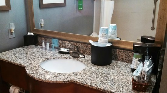 Hampton Inn Morehead City: Bathroom counter
