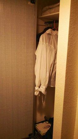 Hampton Inn Morehead City: Closet with full mirrored door